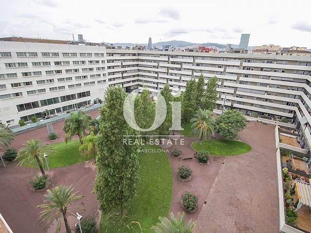 Вид на внутренний двор из красивых апартаментов с видом на море в Диагональ Мар, Барселона