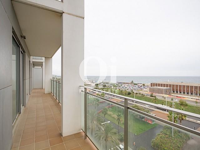 Вид длинной террасы в красивых апартаментах с видом на море в Диагональ Мар, Барселона