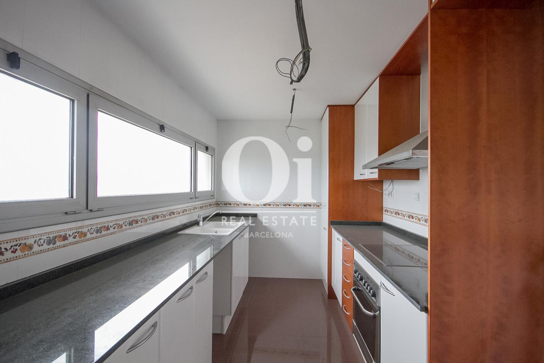Вид кухни в красивых апартаментах с видом на море в Диагональ Мар, Барселона
