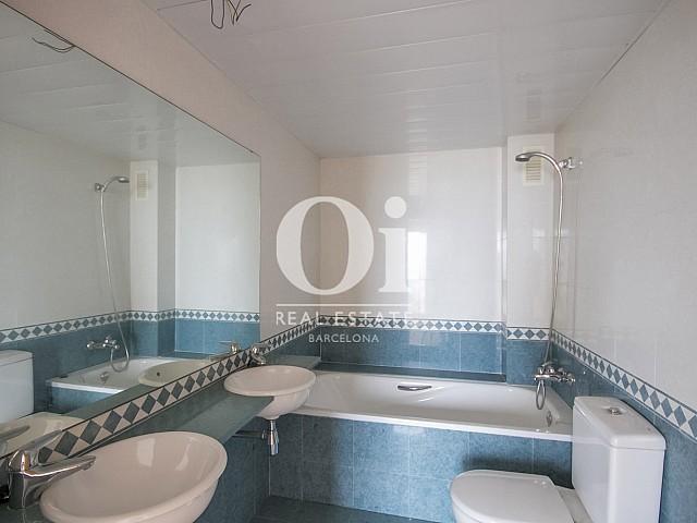 Вид ванной комнаты в красивых апартаментах с видом на море в Диагональ Мар, Барселона