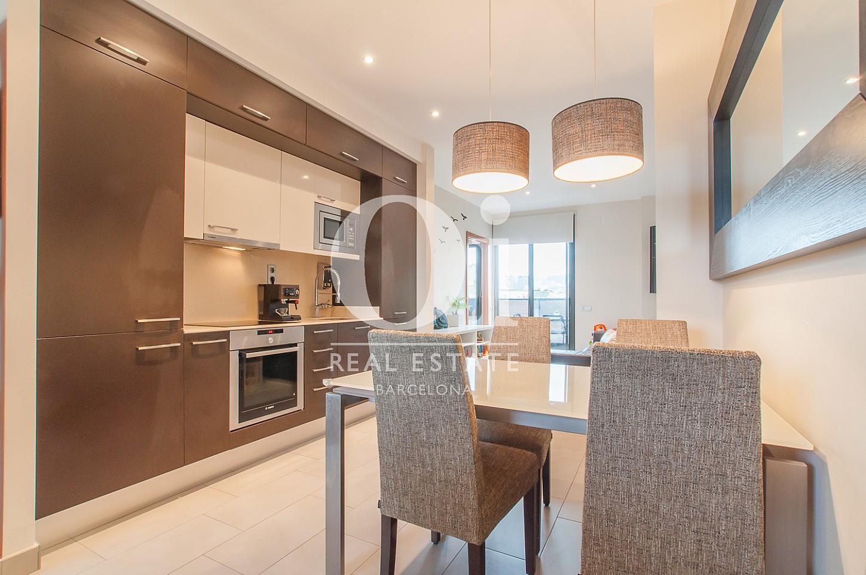 Cuisine moderne et équipée dans un appartement en vente dans le Poble Nou