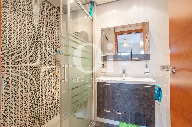 Salle de bain complète avec douche dans un appartement en vente dans le Poble Nou