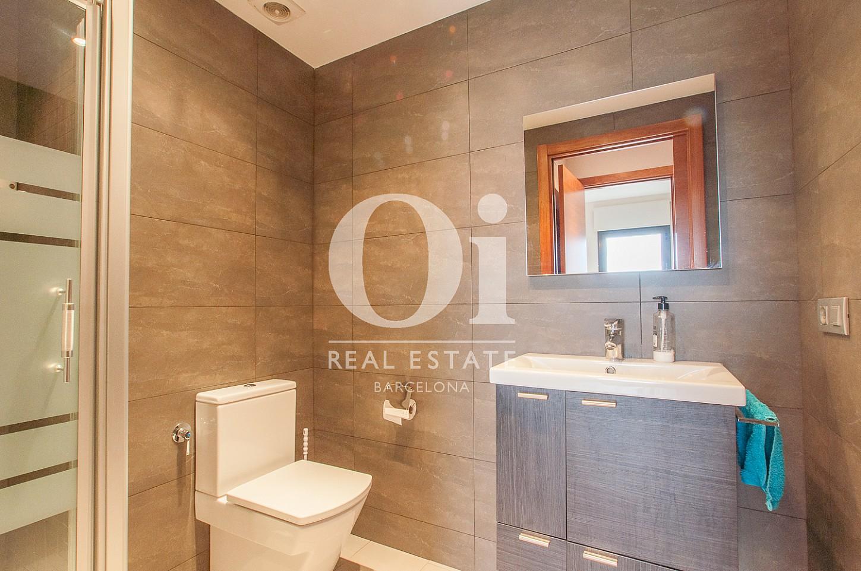 Вид ванной комнаты в потрясающем пентхаусе на продажу в Барселоне, в районе Побле Ноу