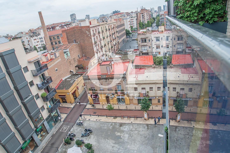 Вид из потрясающего пентхауса на продажу в Барселоне, в районе Побле Ноу