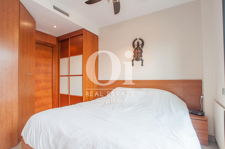 Вид двухместной спальни в  потрясающем пентхаусе на продажу в Барселоне, в районе Побле Ноу