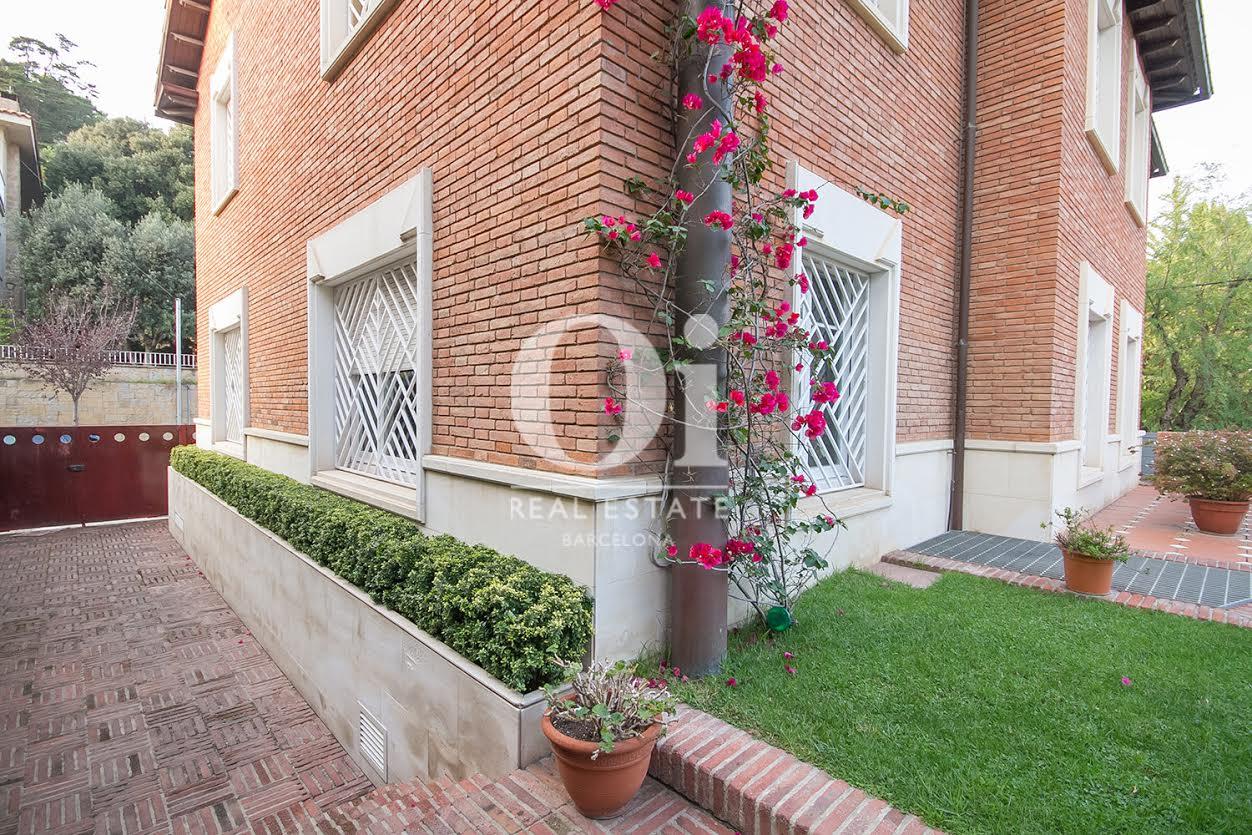 Вид кирпичного фасада в потрясающем доме на продажу в районе Бонанова, Барселона