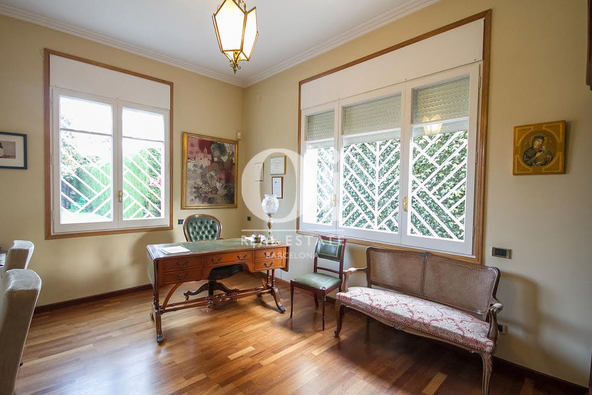vista de salón comedor en casa en venta en la zona alta de Barcelona
