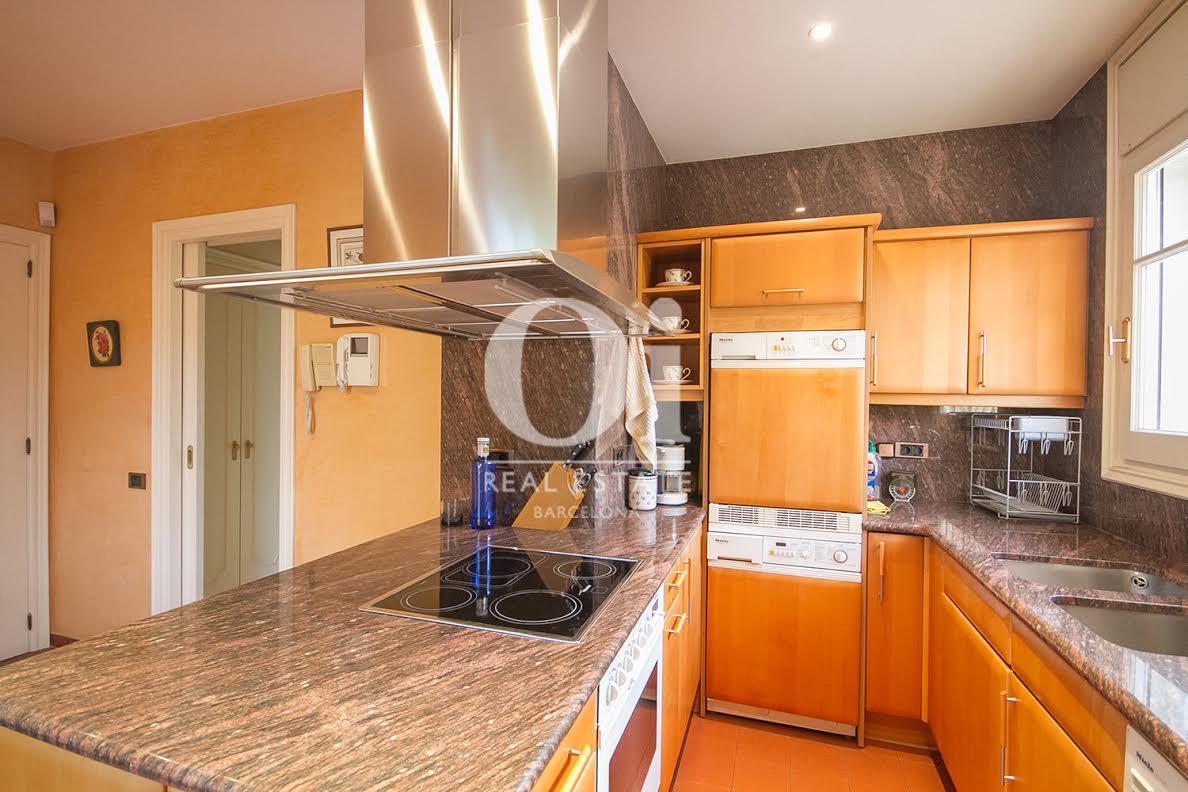 Вид кухни с островом в потрясающем доме на продажу в районе Бонанова, Барселона