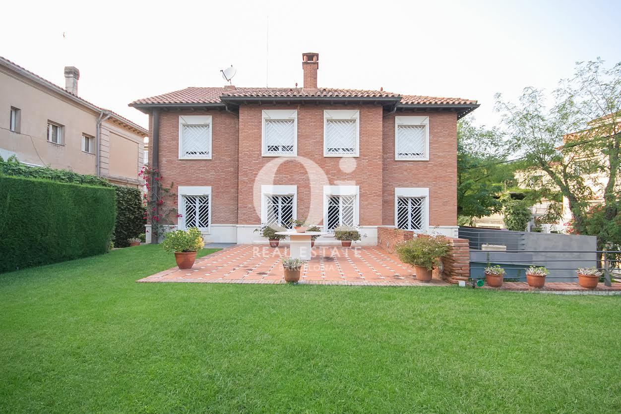 Вид потрясающего дома на продажу с садом в районе Бонанова, Барселона