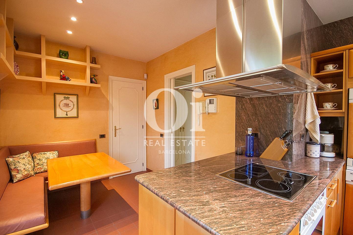 vista de cocina office en casa en venta en la zona alta de Barcelona