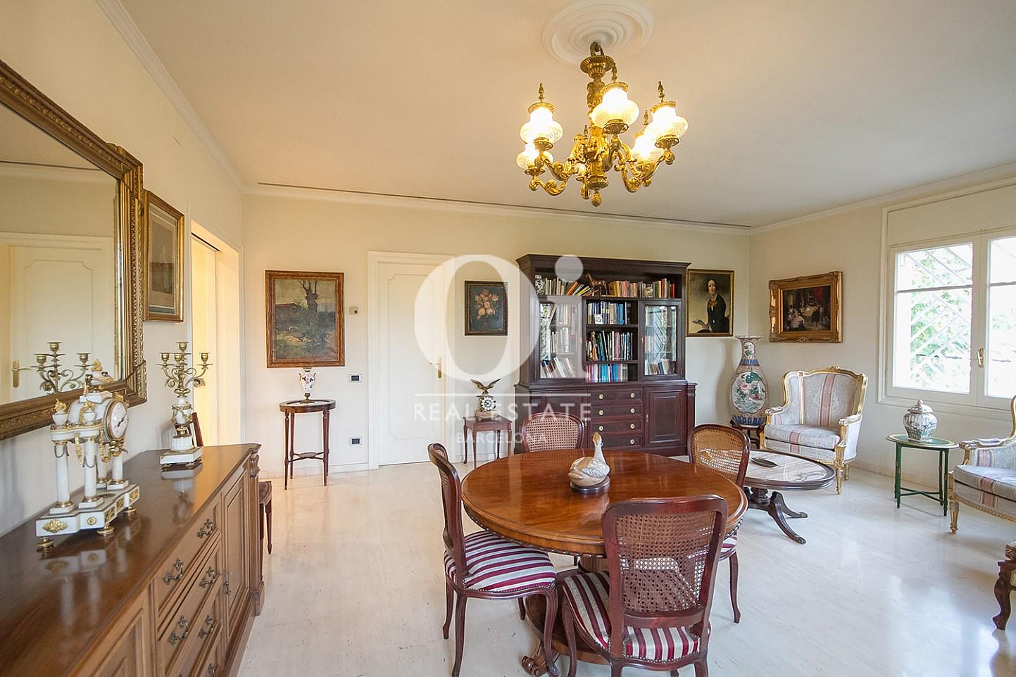 vista de lujoso salón en casa en venta en la zona alta de Barcelona