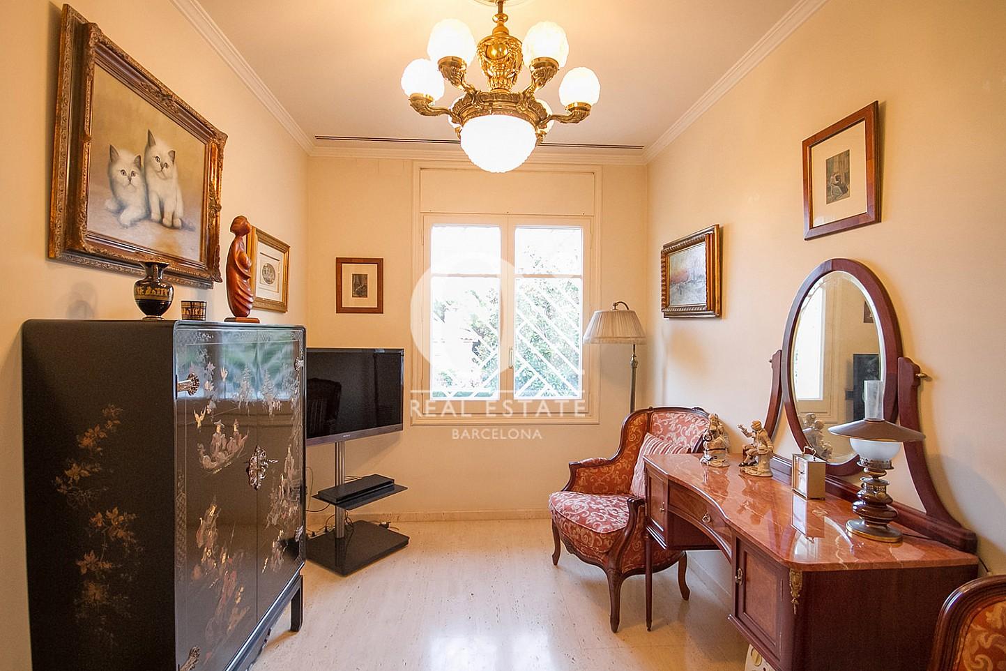 vista de habitación en casa en venta en la zona alta de Barcelona