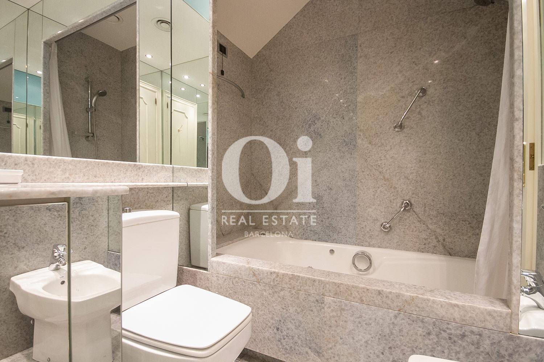 vista de baño con bañera  en casa en venta en la zona alta de Barcelona