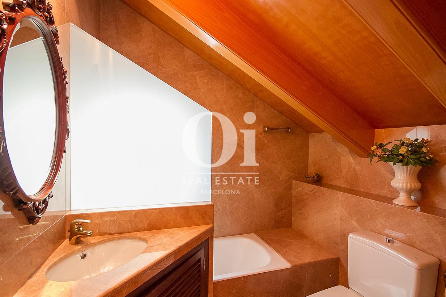 vista de baño en bohardilla en casa en venta en la zona alta de Barcelona