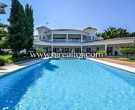 Wunderbare Villa zum Verkauf in der Wohnsiedlung Las Chapas, Marbella