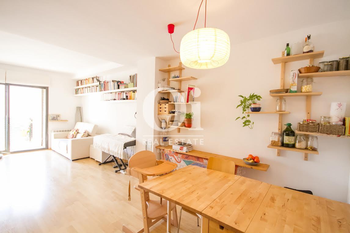 Salon lumineux dans un appartement charmant en vente à Barcelone