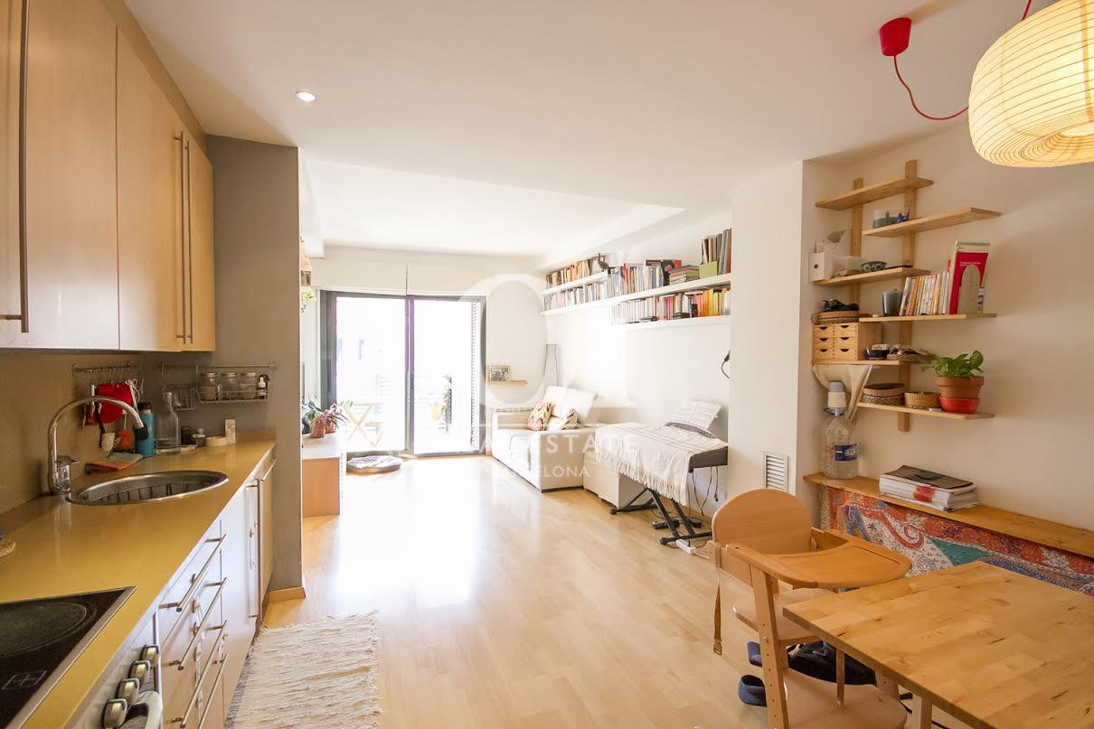 Вид гостиной-столовой в апартаменты на продажу в районе Побленоу
