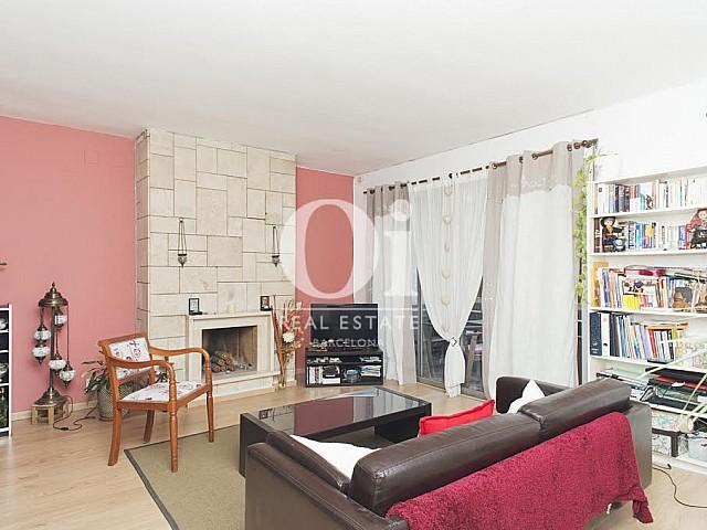 Вид гостиной-столовой в прекрасной квартире в аренду в Правом Эшампле в Барселоне