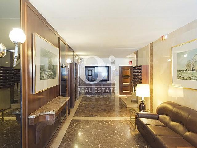 Вид широкого коридора в прекрасной квартире в аренду в Правом Эшампле в Барселоне