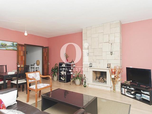 Salon avec cheminée dans un appartement à louer dans l'Eixample de Barcelone