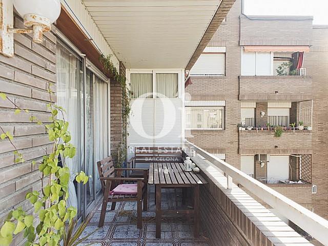 Balcon ensoleillé et aménagé dans un appartement à louer dans l'Eixample de Barcelone