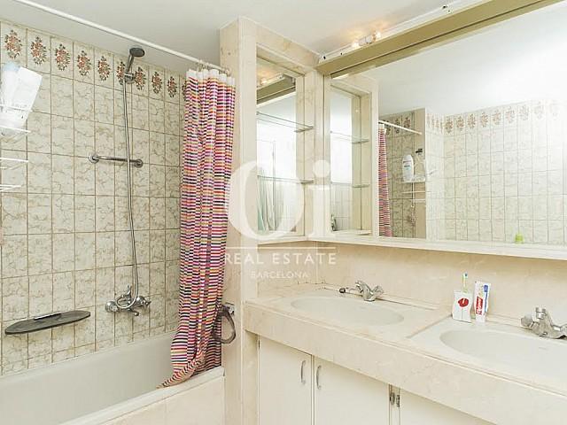Вид ванной комнаты в прекрасной квартире в аренду в Правом Эшампле в Барселоне