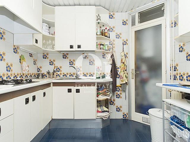 Вид кухни в прекрасной квартире в аренду в Правом Эшампле в Барселоне