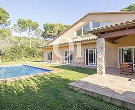 Maison individuelle en vente avec grand terrain et piscine à Begur, Costa Brava