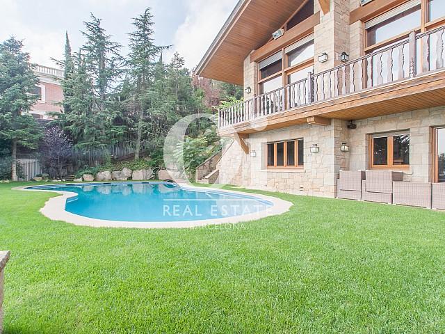 Jardin avec piscine dans une magnifique maison de luxe en vente à Pedralbes