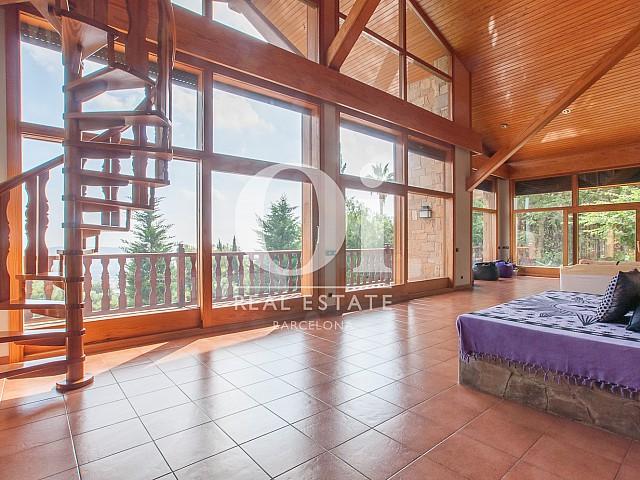 Grand salon lumineux dans une magnifique maison de luxe en vente à Pedralbes