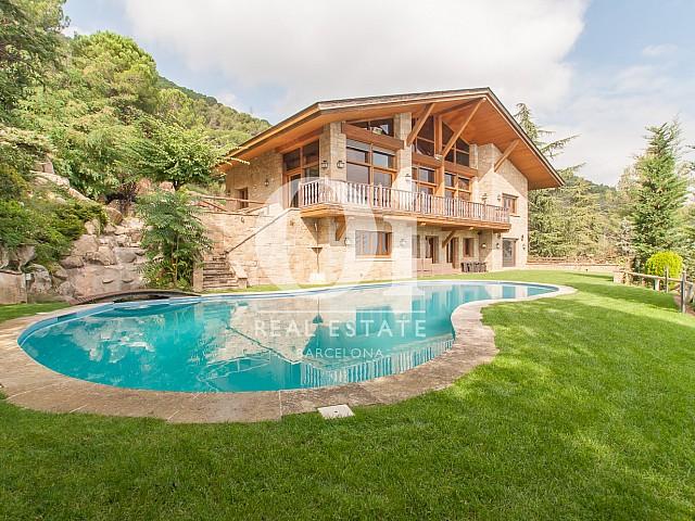 Garten mit Pool der Luxus-Immobilie zum Kauf in Pedralbes in Barcelona
