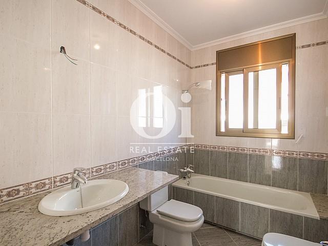 Salle de bain complète d'une maison de luxe en vente aux alentours de Barcelone
