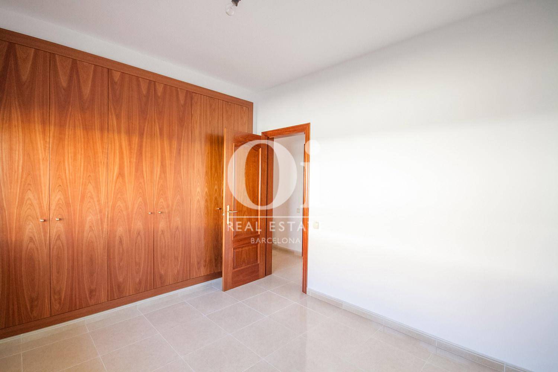 Pièce lumineuse avec armoires encastrées d'une maison de luxe en vente aux alentours de Barcelone