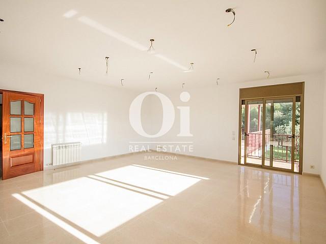 Grande pièce lumineuse d'une maison de luxe en vente aux alentours de Barcelone