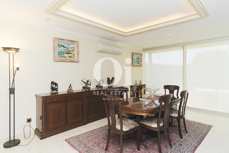 Salle à manger lumineuse dans une maison de luxe en vente à Sant Just Dervern