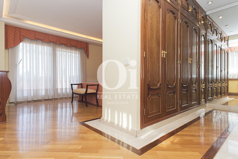 Grand couloir avec armoires encastrées dans une maison de luxe en vente à Sant Just Dervern