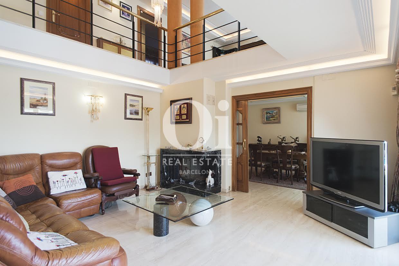 Grand salon lumineux dans une maison de luxe en vente à Sant Just Dervern