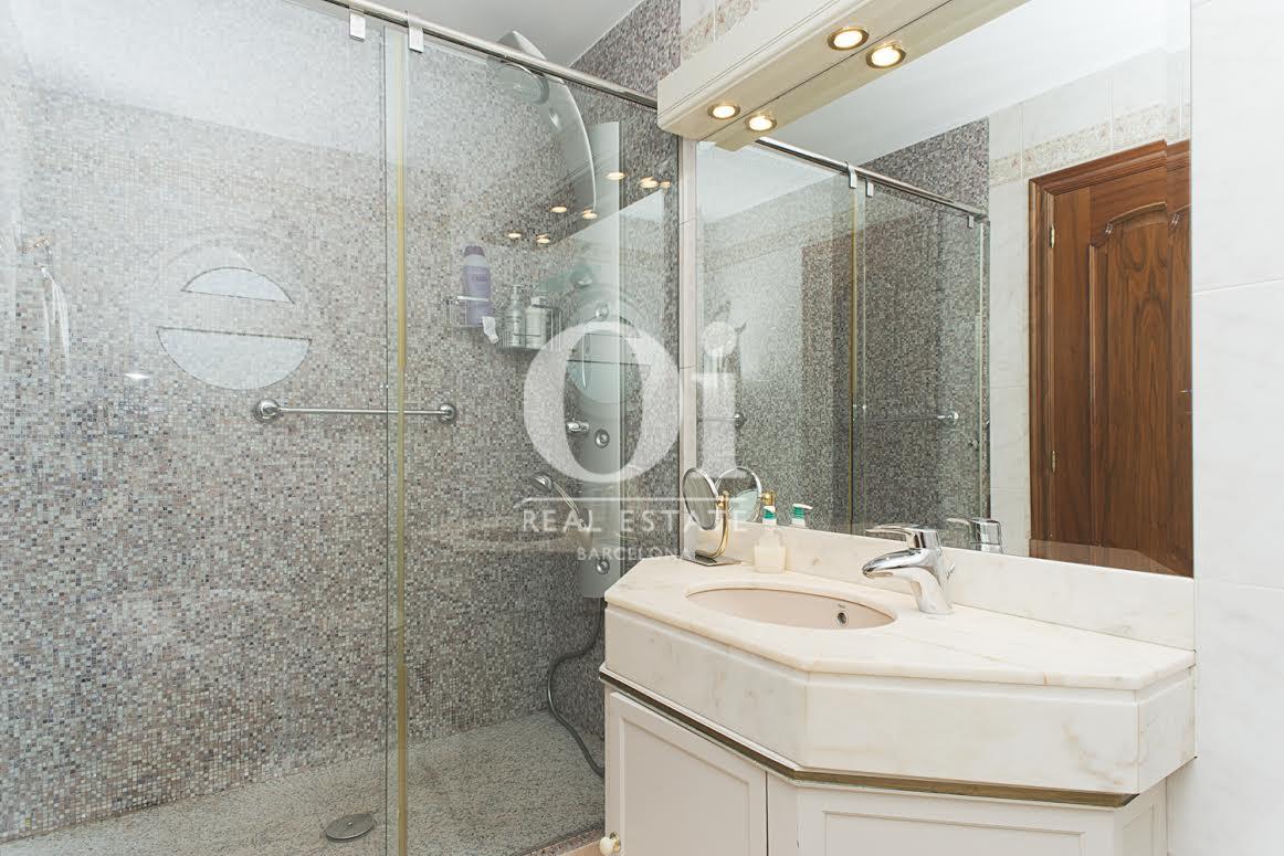 Belle salle de bain complète dans une maison de luxe en vente à Sant Just Dervern