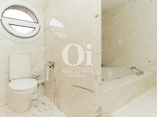 Vista de cuarto de baño de casa en venta en Sant Just Desvern
