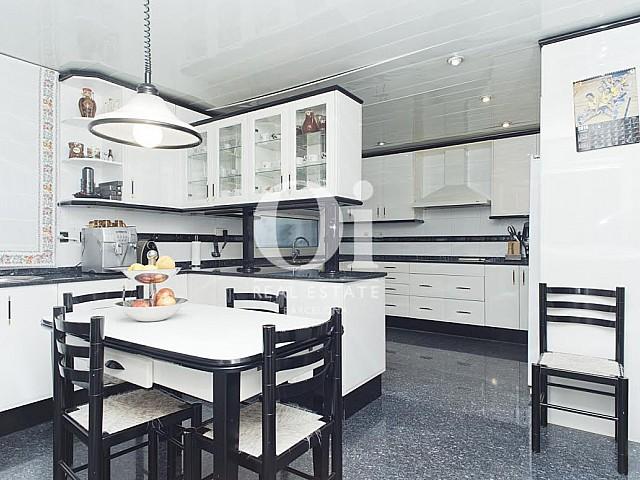 Grande cuisine moderne équipée dans une maison de luxe en vente à Sant Just Dervern