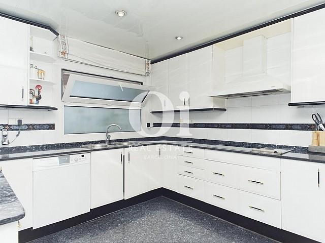 Vista de cocina de casa en venta en Sant Just Desvern