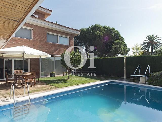 Grande piscine dans le jardin dans une maison de luxe en vente à Sant Just Dervern