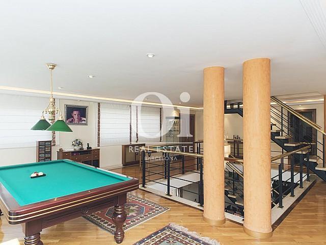 Salle de jeux avec billard dans une maison de luxe en vente à Sant Just Dervern