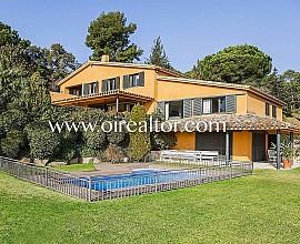 Villa en venta con dos casas anexas y apartamento en Sant Vicenç de Montalt, Maresme