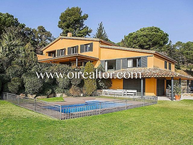 Villa à vendre avec deux maisons attenantes et appartement à San Vincente de Montalt, Maresme
