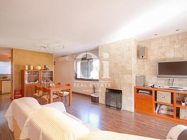 Salon cosy et spacieux d'une maison de luxe en vente près de Barcelone