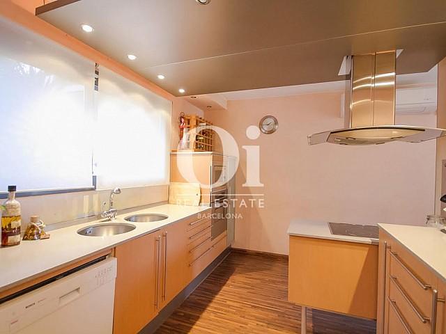 vista de cocina de diseño en casa adosada en venta en Llavaneras en el Maresme