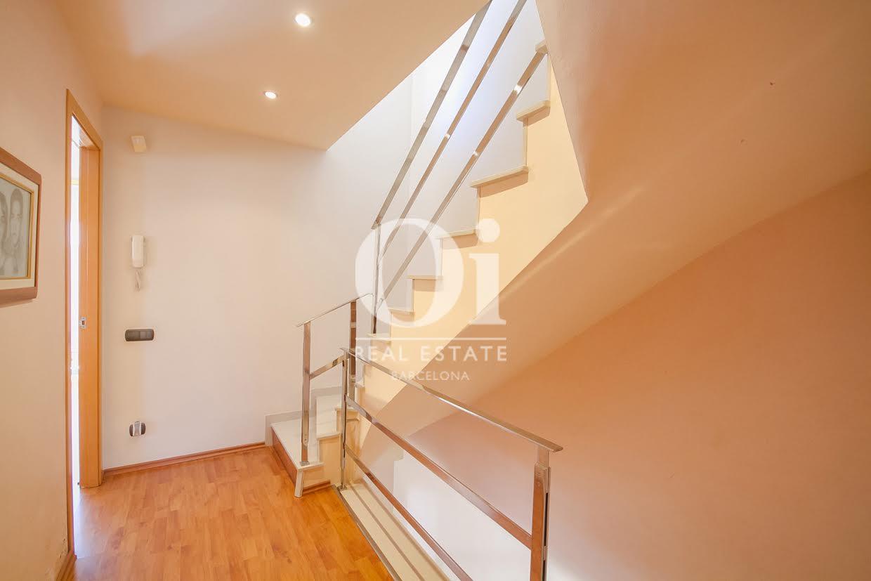 vista de escalera interior en casa adosada en venta en elMaresme