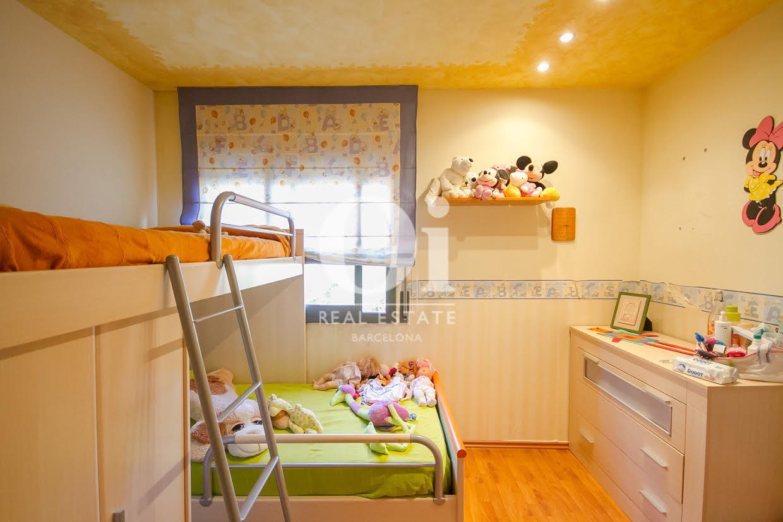 vista de habitación infantil en casa adosada en venta en el Maresme en Llavanaeras