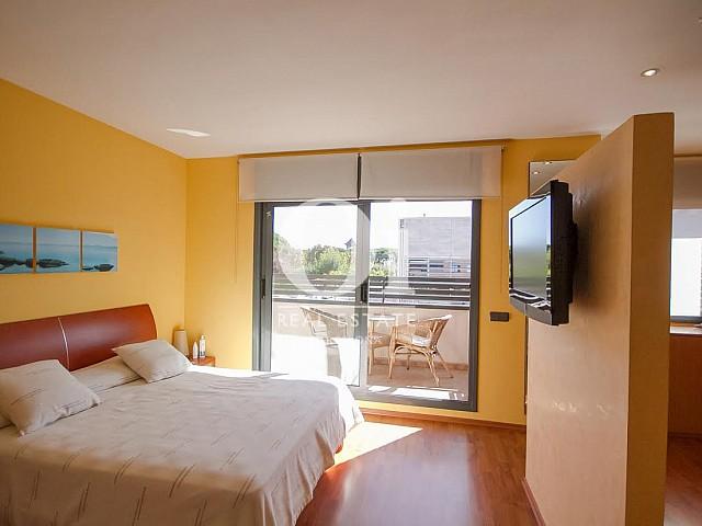 vista de habitación suite con balcón en casa adosada en venta en el Maresme